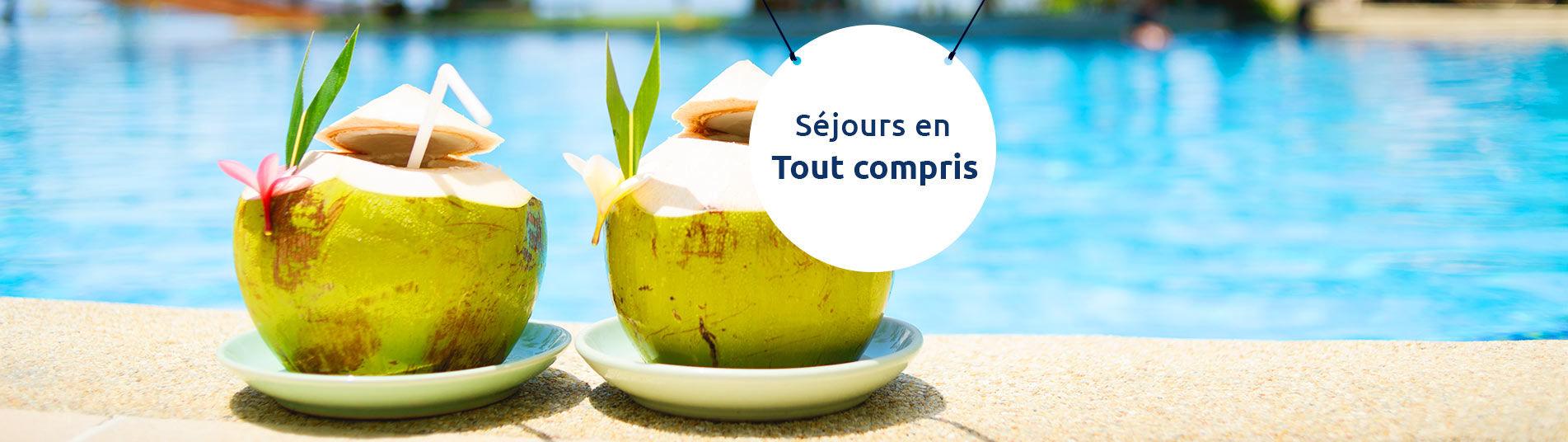 Cocktail dans des noix de coco au bord de la piscine